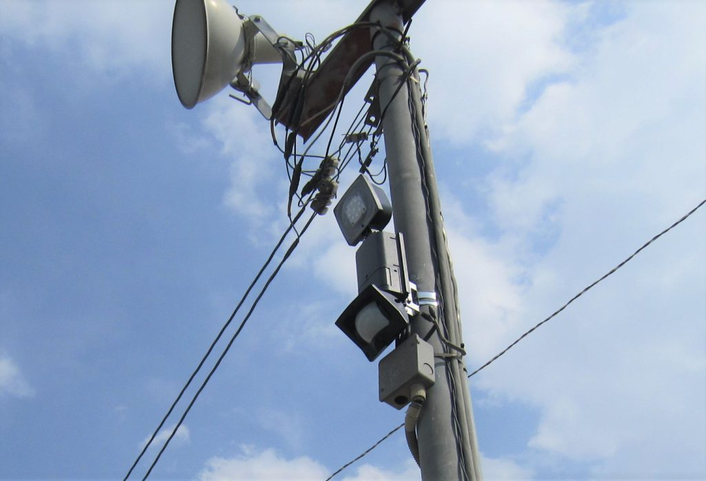 大型駐車場の防犯対策:オプテックスのLEDセンサーライト・EL-101L設置