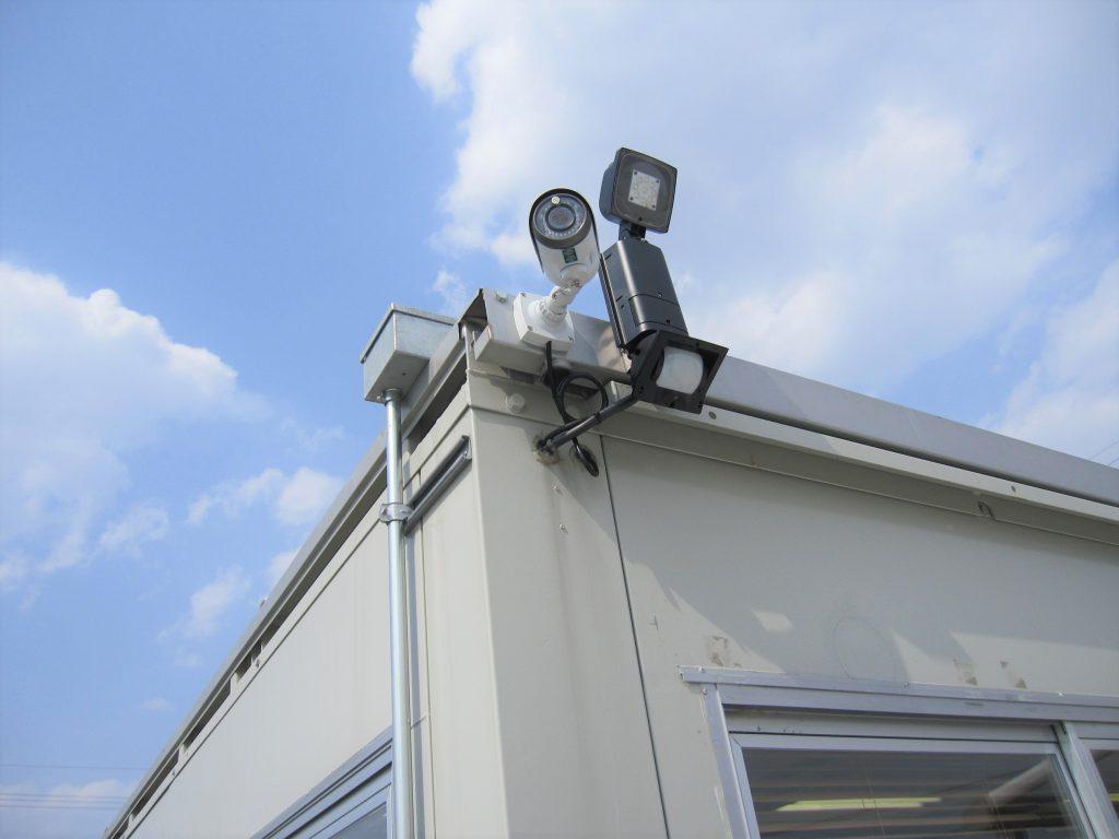 大型駐車場の防犯対策:監視カメラとLEDセンサーライト設置