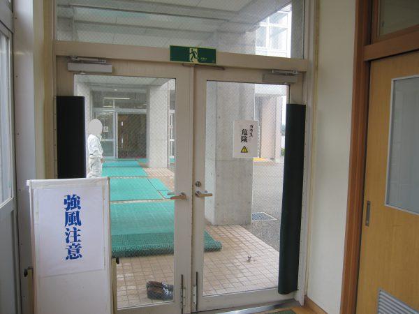 大型ドアの強風・ガラス破損対策