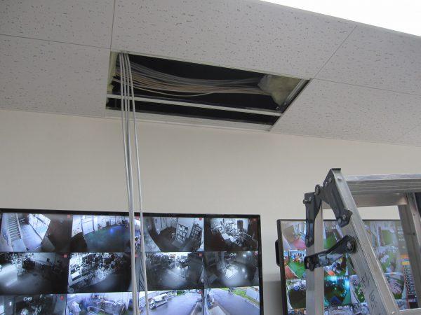 天井より映像用ケーブル配線「日本防犯システム」ドーム型監視カメラ