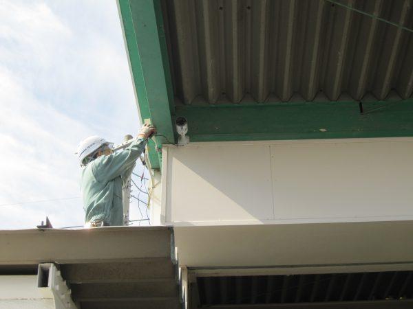 新規設置中の監視カメラ