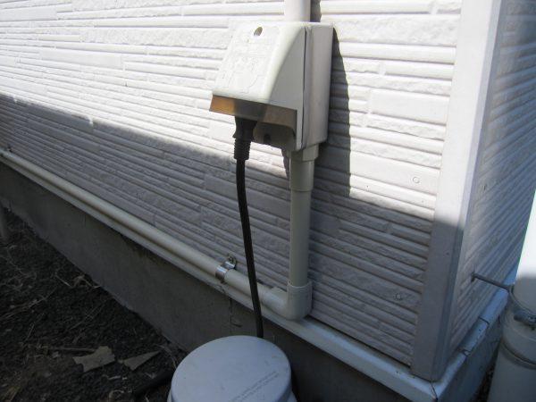 ネットワークカメラ「IPC-16LTE」用共用屋外コンセント電源接続完了・長距離のケーブルは破損を防ぐため塩ビ保護管でしっかりガード