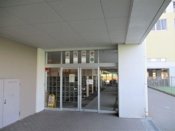 前橋市立某中学校正面玄関