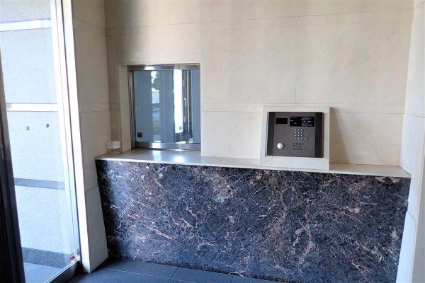 優良防犯マンション:管理人室から見通しの良い共用玄関オートロック