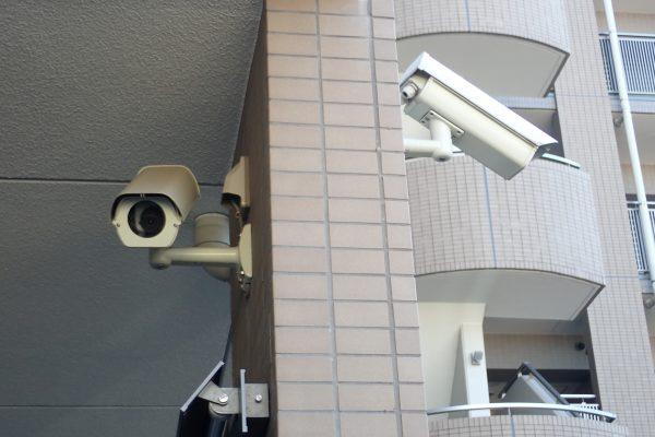 防犯優良マンション:共用部分廊下のバレット型防犯カメラ2連装!