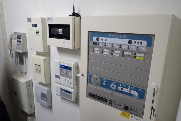 防犯優良マンション:管理人室の防犯・防災・非常通報設備制御機器