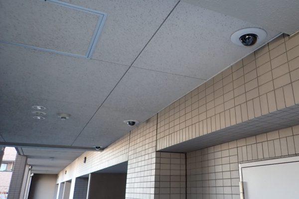 防犯優良マンション:共用部分廊下のドーム型防犯カメラ3連装!