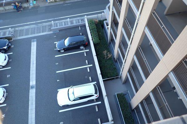 防犯優良マンションの駐車場:防犯カメラとフェンス